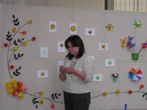 Beréti Zsuzsanna a Kedvenceim kiállítás rendezésén