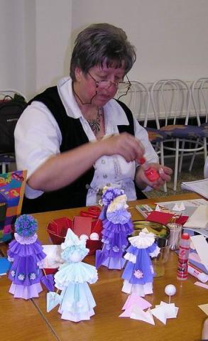 Ácsné Dóczi Éva babákat készít