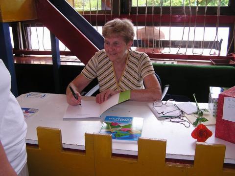 Karlócai Mariann dedikálja az új könyvét